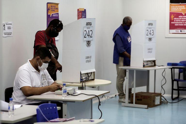 Eleitores e mesários no primeiro turno das eleições municipais 2020, que ocorreu em 15 de novembro. Brasileiros voltam às urnas neste domingo, 29, em 57 cidades.