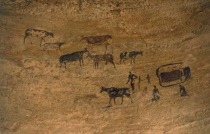 Pintura rupestre de uma cena cotidiana com gado no Neolítico, em Tassili n'Ajjer (Argélia).