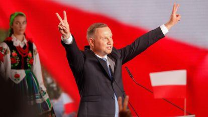Andrzej Duda faz um gesto de vitória a seus simpatizantes após conhecer os resultados das pesquisas, neste domingo, em Lowicz.