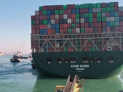 Rebocadores conseguem movimentar o 'Ever Given', nesta segunda-feira, no canal de Suez (Egito).