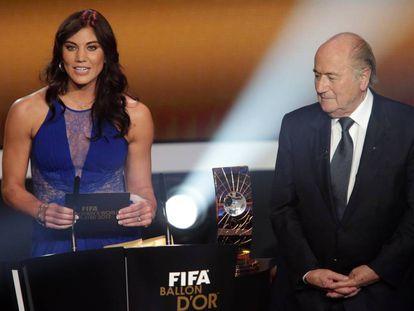 Hope Solo e Joseph Blatter na entrega da Bola de Ouro de 2013.