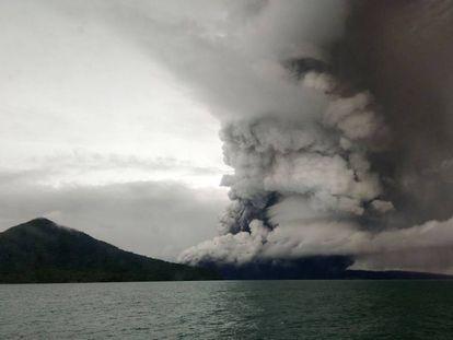 O vulcão Anak Krakatoa, nesta quarta-feira.