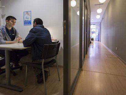 Psicólogo atende a um paciente em um centro comunitário.