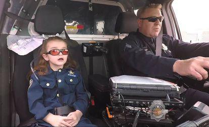 Olivia Gant em abril de 2017, cumprindo seu desejo de patrulhar com a policia de Denver.