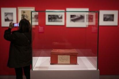 A caixa onde Antoni Campañà havia guardado parte das fotos que fez na Guerra Civil, agora exposta no MNAC.