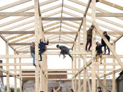 Os integrantes do Assemble, durante a construção da Sugargouse Studios, em Londres.