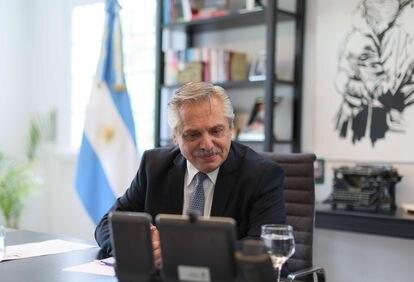Alberto Fernández durante uma conversa telefônica com Vladimir Putin.