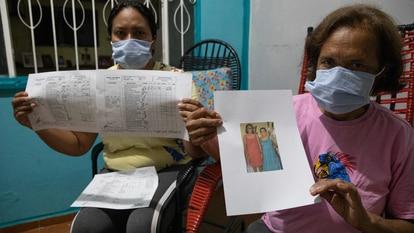 Alessandra e Conceição Mota, sobrinha e irmã de Zenite Gonzaga, exibem prontuário médico que comprova tratamento irregular da parente.