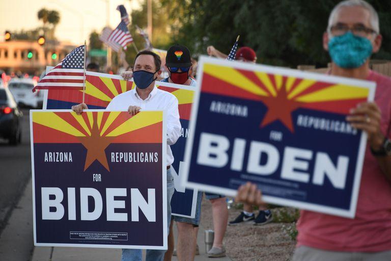 O juiz Dan Barker (de camisa branca), em uma manifestação do grupo 'Republicanos por Biden' em Phoenix.
