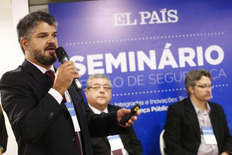 Bezerra, Santos e Zanetic no seminário do EL PAÍS.