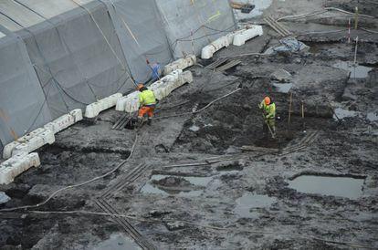 Vista parcial das escavações do sítio arqueológico de Lolland, na Dinamarca. O barro permitiu que se conservassem armas, utensílios e até chicletes em perfeito estado.