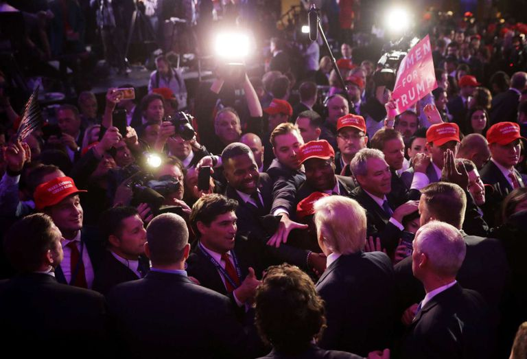 O presidente eleito Donald Trump saúda aos assistentes depois de seu discurso de vitória