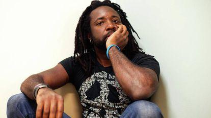 O escritor Marlon James em uma imagem promocional.