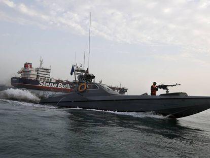 Lancha da Guarda Revolucionária iraniana em frente ao navio britânico capturado no estreito de Ormuz em 21 de julho de 2019.