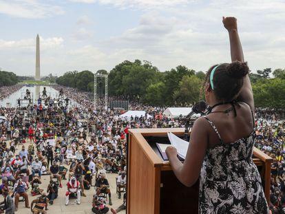 Manifestantes têm suas temperaturas medidas durante protesto contra o racismo e a brutalidade policial em Washington, D.C., nesta sexta-feira.