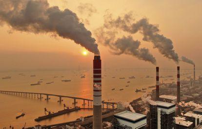 Chaminés de uma central termoelétrica a carvão em Nantong, na China.