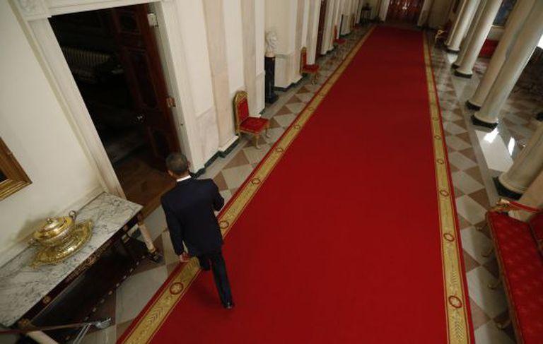 Barack Obama deixa a sala depois de se dirigir à nação.