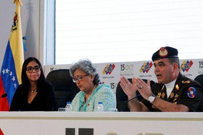 Delcy Rodriguez, presidenta do Conselho Nacional Eleitoral, Tibisay Lucena, e Vladimir Padrino nesta sexta-feira durante entrevista coletiva.