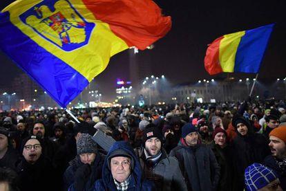 Protesto contra a nova lei em Bucareste, na virada de terça para quarta-feira.