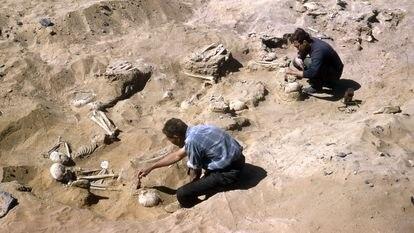 Imagem da escavação do cemitério 117 na década de 1960, antes de ser coberto por uma represa.