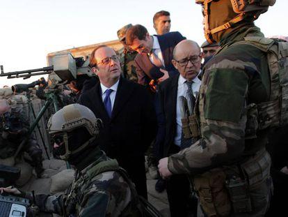 O presidente François Hollande e o ministro de Defesa Jean-Yves Lhe Drian visitam aos soldados franceses em uma base nas periferias de Erbil, Iraque.