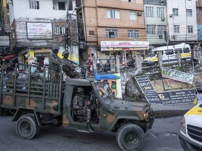 Militares fazem operação na Rocinha durante a intervenção federal.