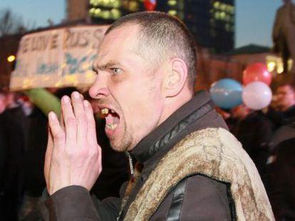 Manifestantes da Single Ukraine entram em confronto com um grupo de simpatizantes da Rússia durante um protesto no centro de Donetsk (Ucrânia).