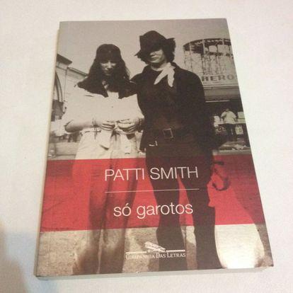 """<strong>Por que um homem deve lê-lo.</strong> Porque se há um terreno machista esse é o do rock. E nele Patti Smith avançou entre muitos obstáculos até conseguir o respeito de todos. Neste livro a artista retrata, a partir do seu privilegiado ponto de vista e sob o pretexto de relatar sua relação com o fotógrafo Robert Mapplethorpe, como era a vida na Nova York do final dos anos sessenta e começo dos setenta. Ali vivia uma Patti Smith ainda relativamente desconhecida, que dividia um quarto do hotel Chelsea com Mapplethorpe – que a retratou para a célebre capa do seu álbum 'Horses'. Um casal que, sem dinheiro para pagar dois ingressos numa exposição, decidia quem iria entrar para depois contar ao outro, e que ouviu dois turistas, em dúvida sobre se eles eram ou não celebridades, comentarem: """"São só garotos""""."""