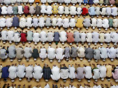 Muçulmanos fazem as primeiras orações da sexta-feira no mês sagrado do Ramadã em uma mesquita na cidade de Allahabad (Índia), em 4 de julho.