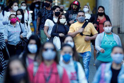 Pessoas usando máscaras caminham em São Paulo nesta sexta-feira, 19 de julho.