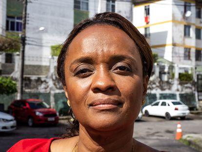 A major Denice Santiago, fotografada em seu bairro, o Cabula, em Salvador.
