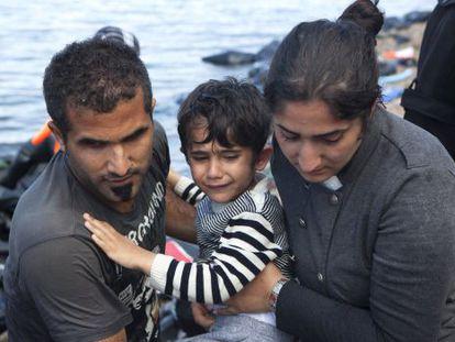 Refugiados sírios, neste domingo na Grécia.