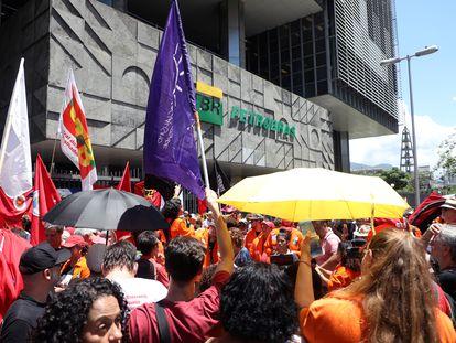 Trabalhadores da Petrobras protestam em frente à sede da estatal no Rio de Janeiro.