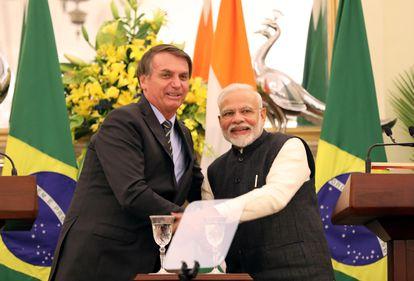 Bolsonaro cumprimenta o premiê indiano, Navendra Modi, neste sábado.