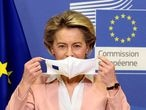 FILE PHOTO: European Commission President Ursula Von Der Leyen removes her protective face mask as she meets Moldova's President Maia Sandu at the European Commission in Brussels, Belgium, January 18, 2021. REUTERS/Johanna Geron/Pool/File Photo/File Photo