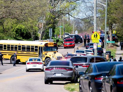 A polícia mobilizada nas proximidades do colégio East Magnet de Knoxville (Tennessee), onde na segunda-feira ocorreu um tiroteio com várias vítimas.