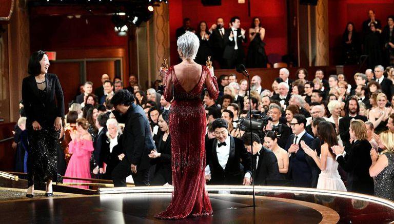 La actriz Jane Fonda entrega el premio a Mejor Película al equipo de 'Parásito'