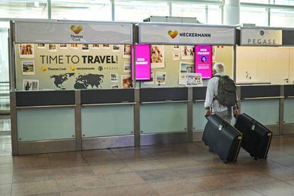 Um turista em frente aos balcões de Thomas Cook, no aeroporto de Bruxelas.