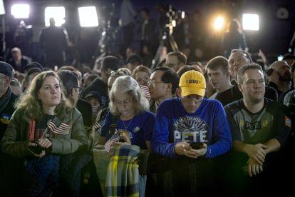 Apoiadores de Pete Buttigieg, pré-candidato do Partido Democrata, esperam resultado de apuração em Des Moines, Iwoa.