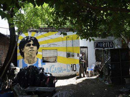 Fachada da casa onde Maradona nasceu, em Villa Fiorito. O mural foi pintado no dia de sua morte.