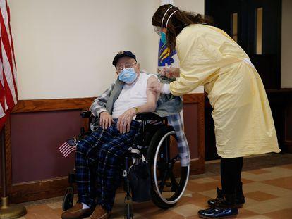 A médica Alhan Fadiani administra uma vacina da Pfizer-BioNTech contra a covid-19 ao veterano de guerra Dominic Pitella em Chelsea, Massachusetts.