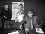 Fernando Savater y Juan Arias, en la presentación del libro Fernando Savater: el arte de vivir , un libro-diálogo entre el filósofo y el ombudsman de EL PAÍS. foto de luis magán 06/03/1996