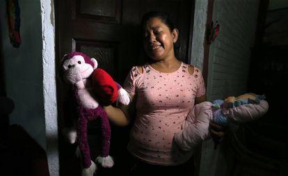 Rosa Ramirez se emociona ao mostrar os brinquedos da neta, Valeria, de um ano e 11 meses, que morreu afogada com o pai (filho dela), no rio Bravo.