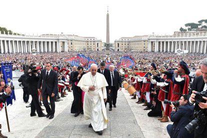 Papa Francisco na chegada à Praça de São Pedro, no Vaticano, para presidir a audiência geral semanal na quarta-feira.