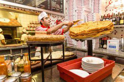 Cozinha da pizzaria Güerrin, na avenida Corrientes de Buenos Aires.