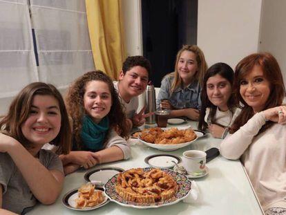 Cristina Kirchner recebe em sua casa presidentes de grêmios estudantis do ensino médio.