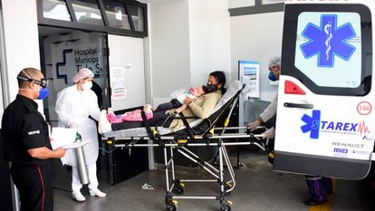Mãe e filha com suspeita de covid-19 chegam de ambulância ao Hospital Municipal Tide Setúbal. (ANDERSON PRADO)