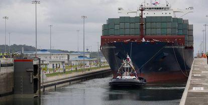 O barco Cosco Shipping Panama nas eclusas de Agua Clara do novo Canal do Panamá.