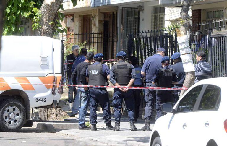 A polícia trabalha na casa onde aconteceu o triplo feminicídio em Mendoza, na Argentina.