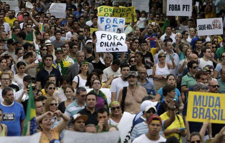 Protesto na Paulista pede 'impeachment' de Dilma Rousseff.